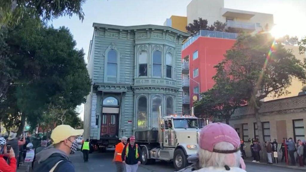 Mudanza con la casa a cuestas: un vecino de San Francisco traslada su vivienda en bloque