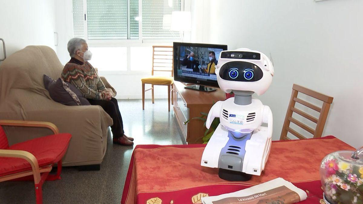 """El robot Misty cuida de Ana Margarita, de 75 años: """"Es como una personita más en casa"""""""