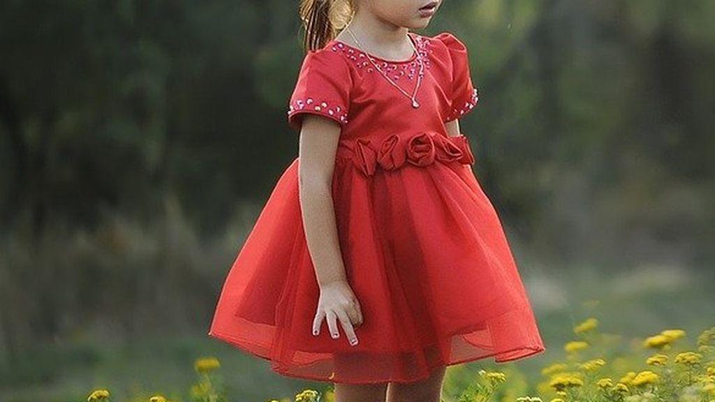 Una niña de tres años se escapa de casa mientras sus padres dormían: la encontraron descalza y disfrazada por Oviedo