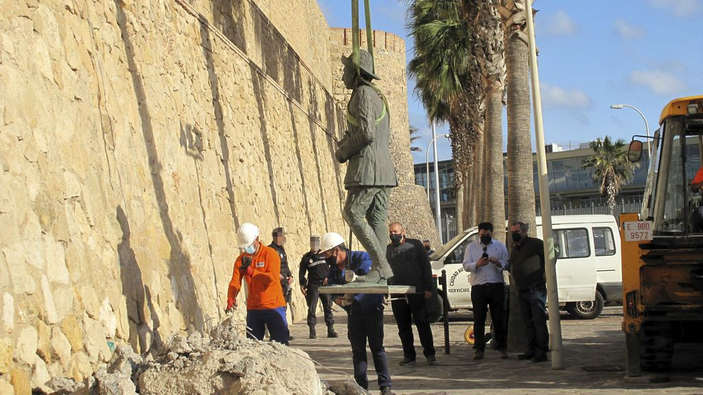 Melilla retira la última estatua de Franco que quedaba en España