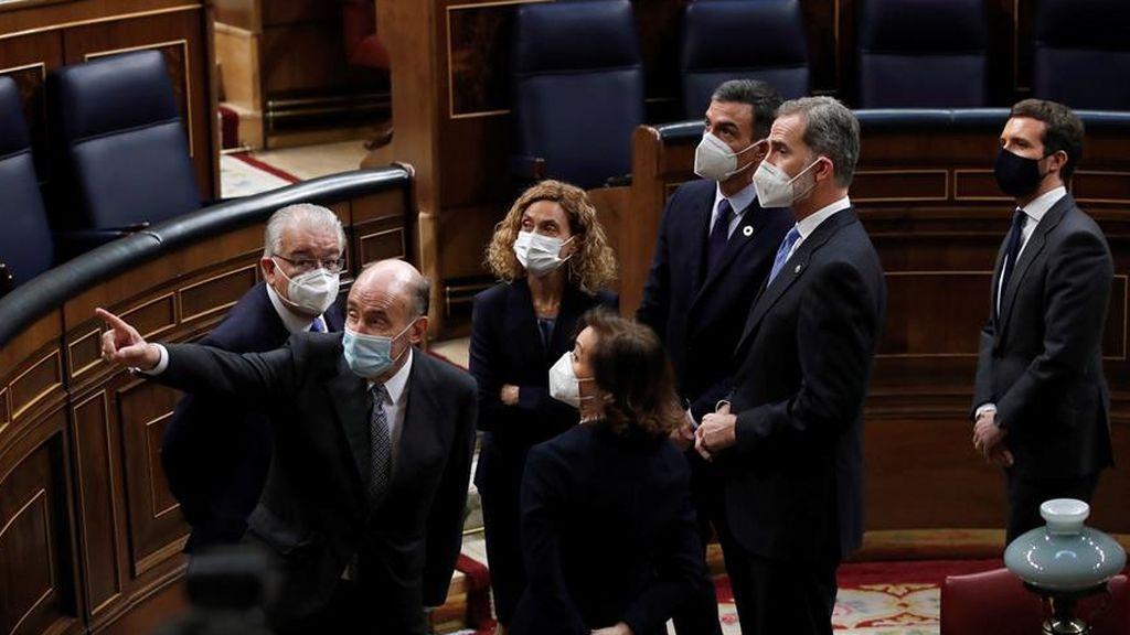 Uno de los padres de la Constitución, Miquel Roca, explica al rey y al resto de autoridades como fue la entrada de los golpistas del 23-F en el Congreso
