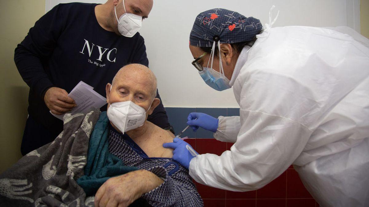 Expertos de EEUU recomiendan priorizar la vacunación masiva de mayores con una primera dosis y aplazar la segunda