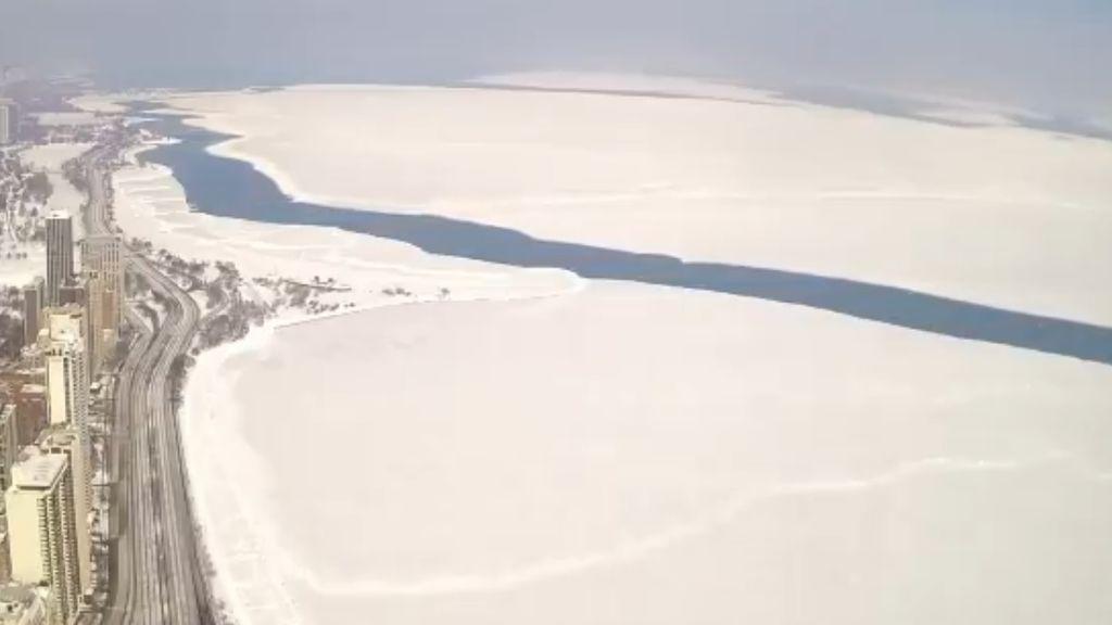 """Parece la Antártida, pero es el lago Michigan: un """"iceberg"""" se forma en Chicago"""
