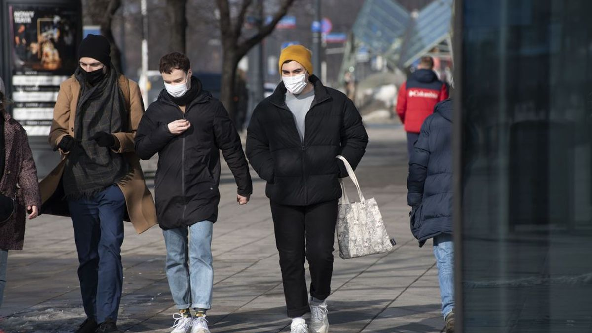 EuropaPress_3578509_tres_personas_caminan_calle_varsovia