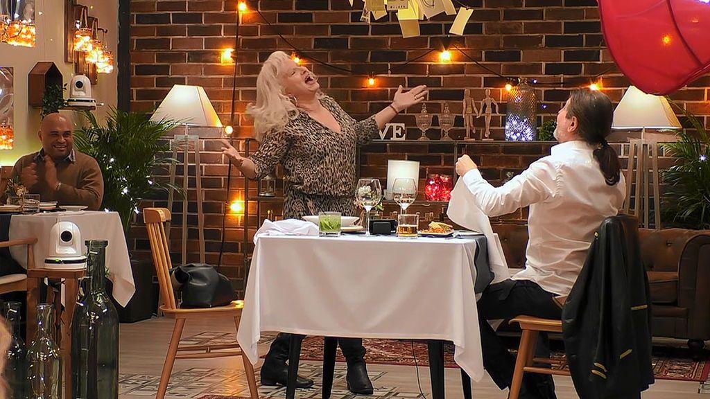 Susana amedrenta a José Antonio con su movimiento de pelvis