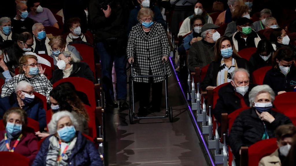 Ancianos vacunados van al teatro pro primera vez en un año