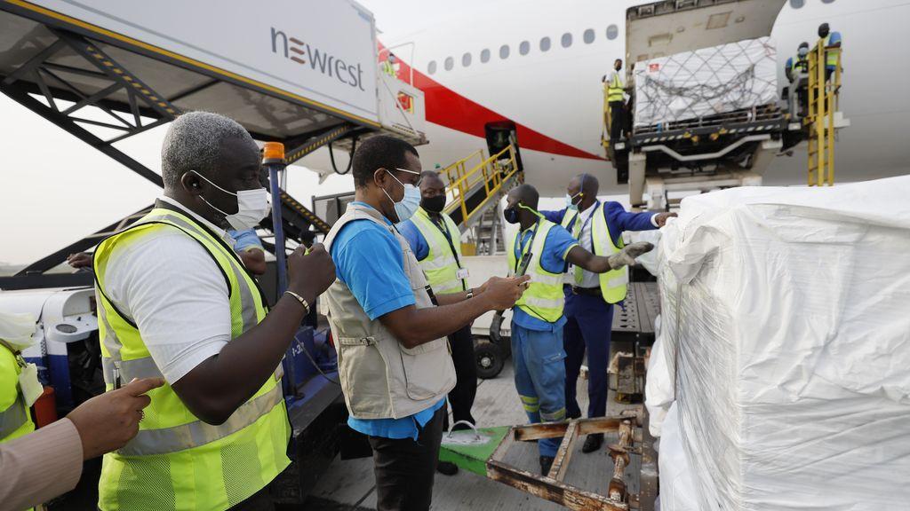 Ghana recibe las primeras dosis entregadas por el programa COVAX para combatir la pandemia
