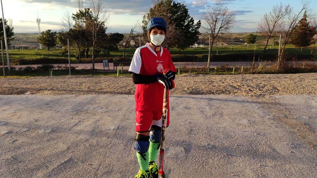 Gonzalo preparado para jugar al hockey