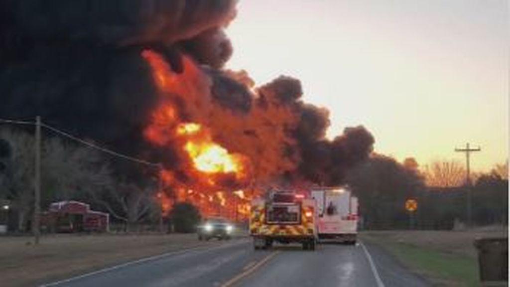 Un tren cargado de combustible explota tras chocar contra un camión en Texas