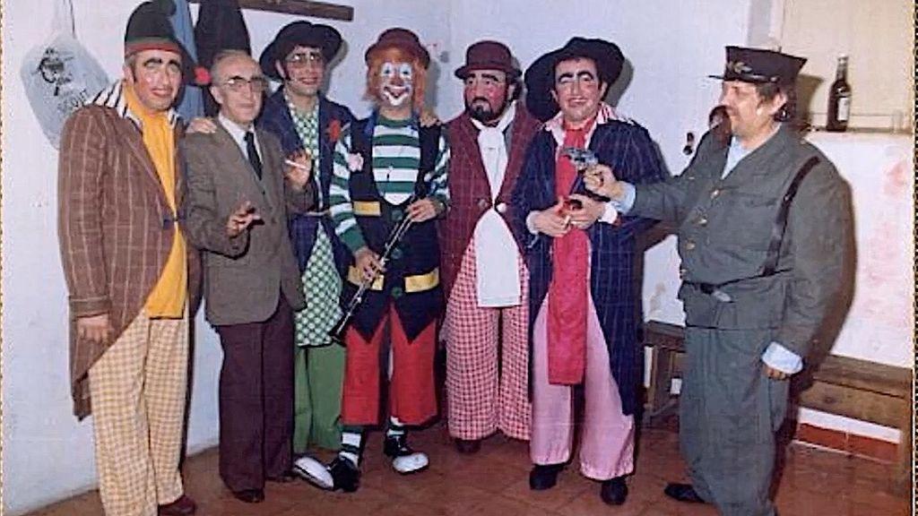 Sebastian Sánchez (a la derecha) junto al cuarteto `Los cuatro parlamentarios parlanchines y estrafalarios´
