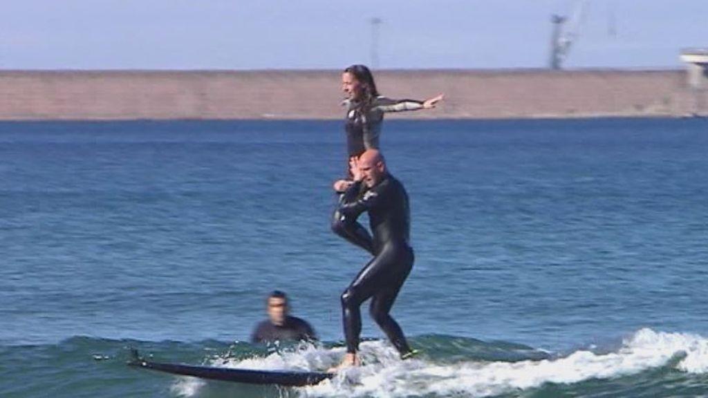 Acrobacias sobre la misma tabla: una pareja de Gijón impresiona con el tándem surf