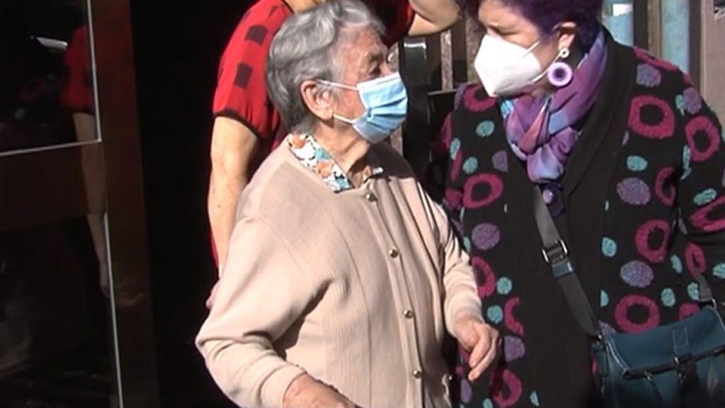Lucinda puede con todos los virus a sus 101 años: se vacuna contra la covid tras meses de espera