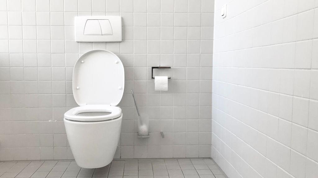 """Un chico pasa una semana limpiándose con toallitas limpia baños: """"Me duele el culo"""""""