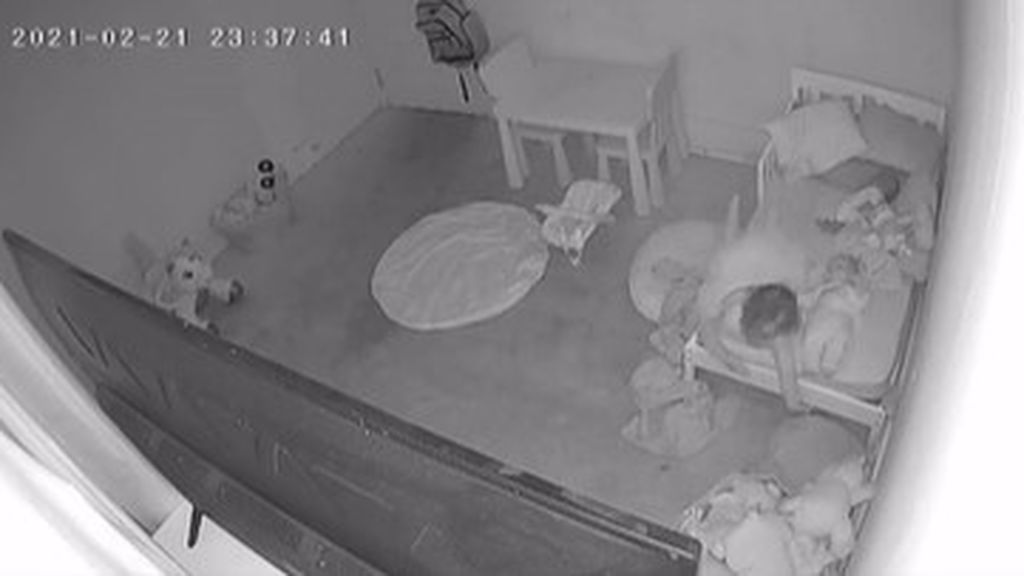 """Un padre muestra lo que ocurre en la habitación de su hija cuando se va a dormir: """"Es arrastrada bajo la cama"""""""