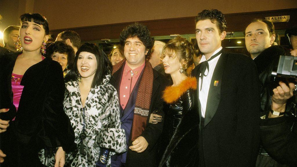 Pedro Almodóvar con el reparto de 'Átame' (1989)