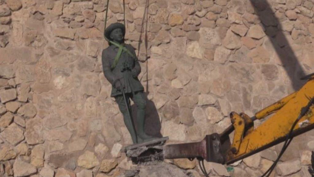Traslado de las estatuas de Franco de Melilla y Madrid