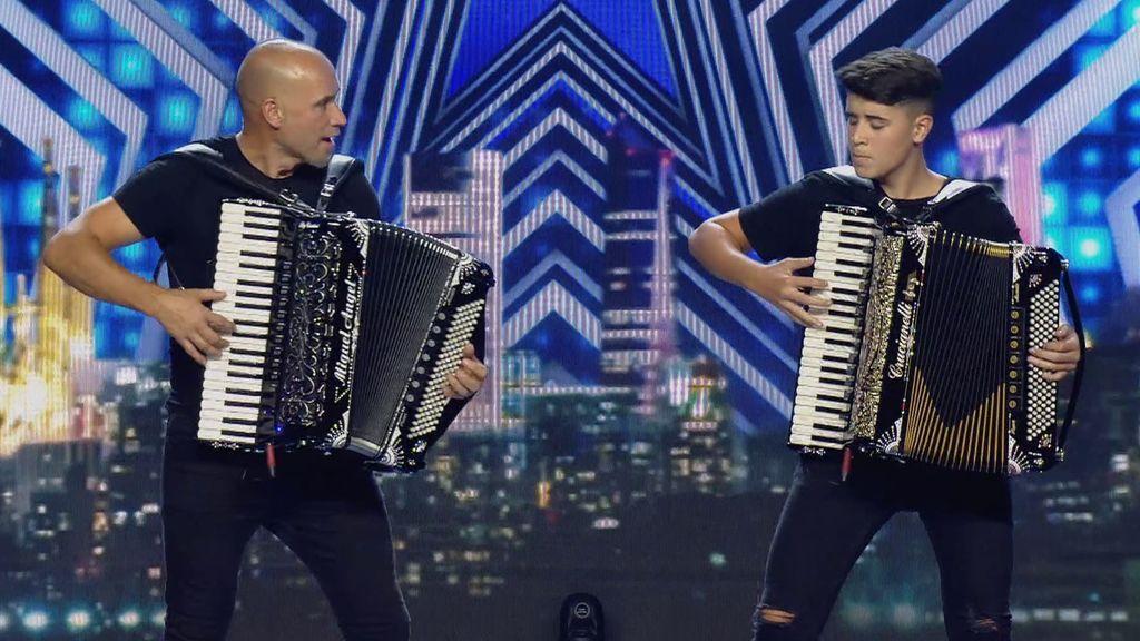Dani Martínez ya conoce a Miguel e Isma, padre e hijo que tocan el acordeón