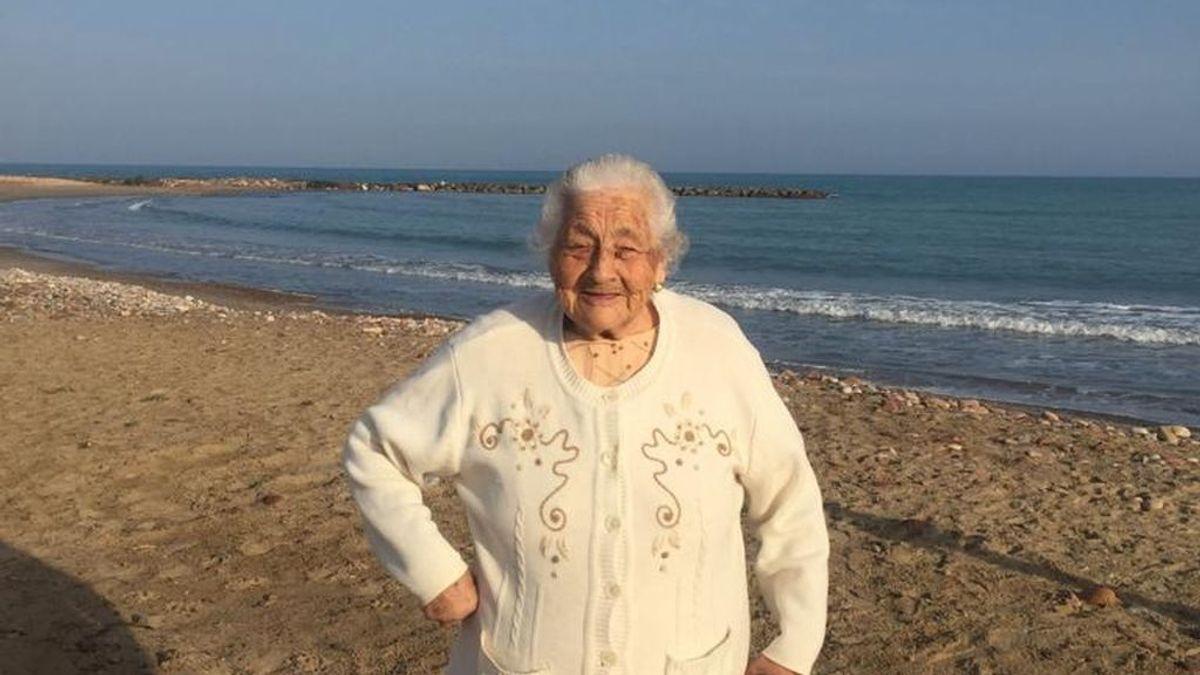 """Alegría de vivir: """"lo primero que ha pedido mi abuela después de vacunarse es dar un paseo por la playa"""""""