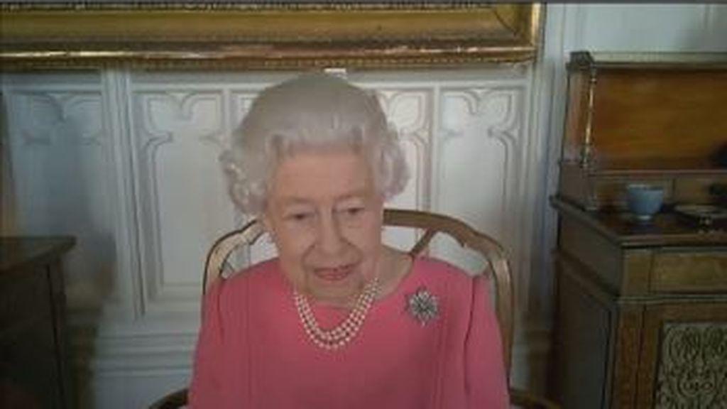 """La reina Isabel II anima a vacunarse: """"Toca pensar más en los demás que en uno mismo"""""""