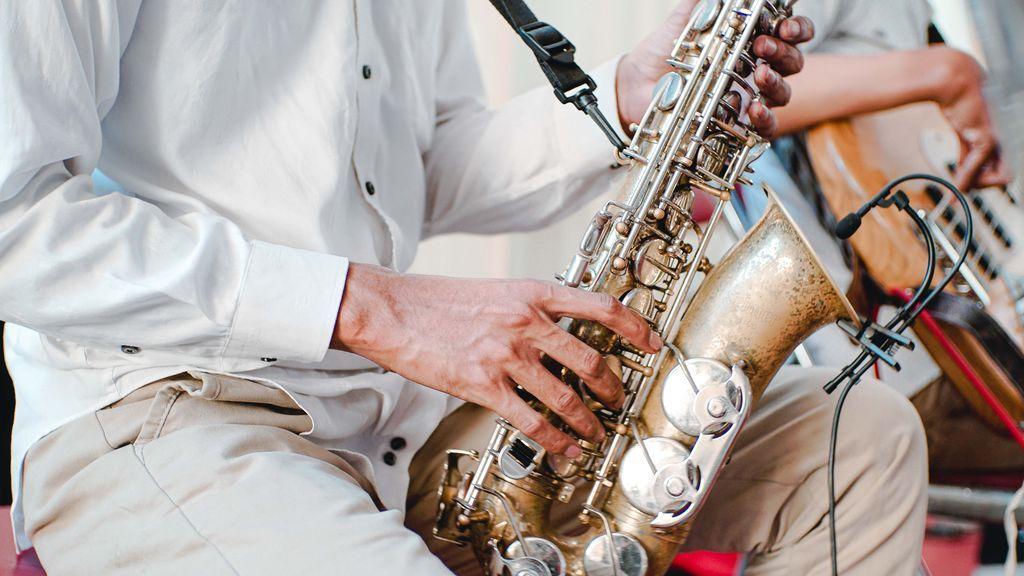 Un instituto de Estados Unidos obliga a su banda de música a ensayar en tiendas de campaña individuales