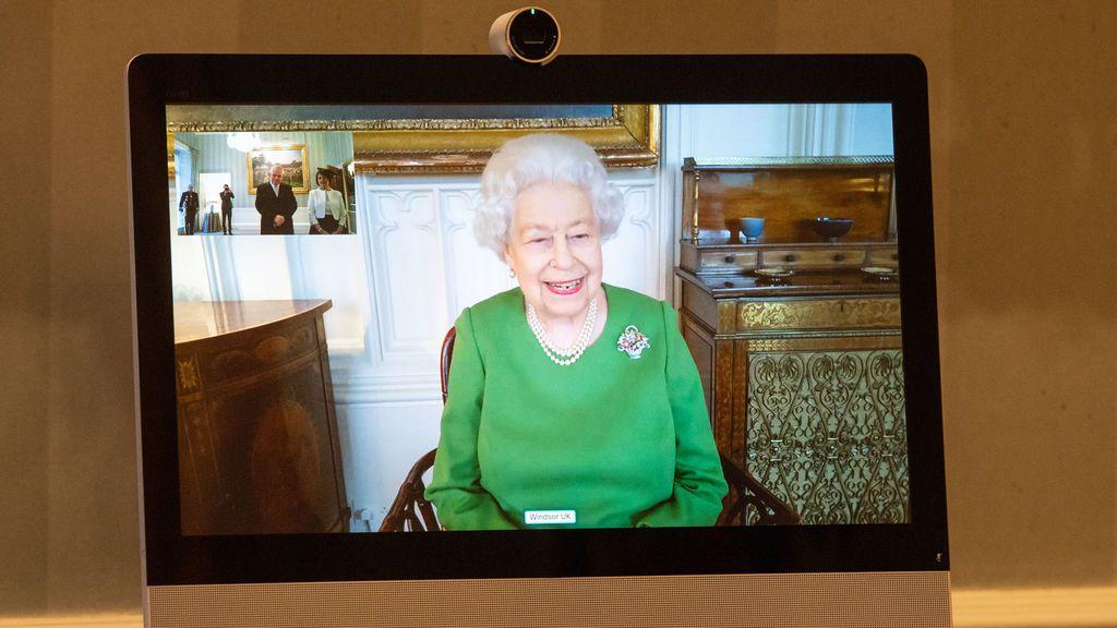"""La reina de Inglaterra pide a los británicos """"pensad en los demás"""" y vacunarse contra la covid"""