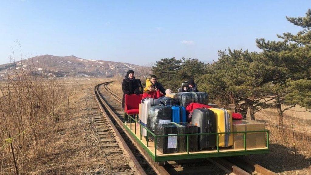 Diplomáticos rusos salen de Corea del Norte a pie y empujando una vagoneta con sus pertenencias