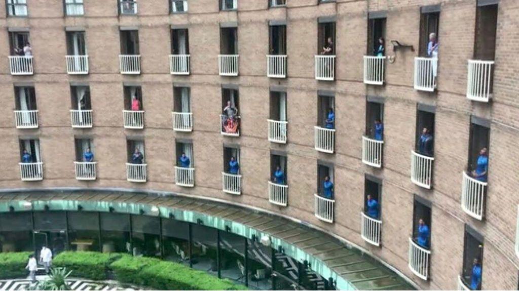 Homenaje musical de jugadores de rugby australiano al personal del hotel
