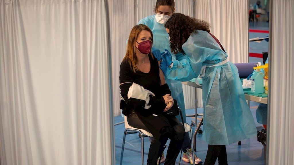 Las personas de entre 56 y 59 años y los enfermos crónicos menores de 60 recibirán la vacuna de Pfizer y Moderna