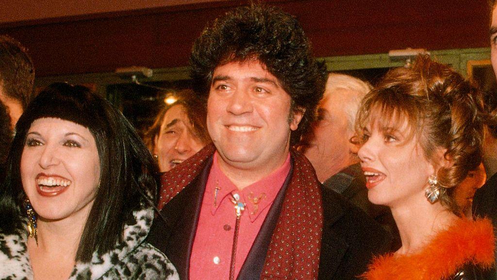 Loles León y Victoria Abril  con Pedro Almodóvar en 'Átame'