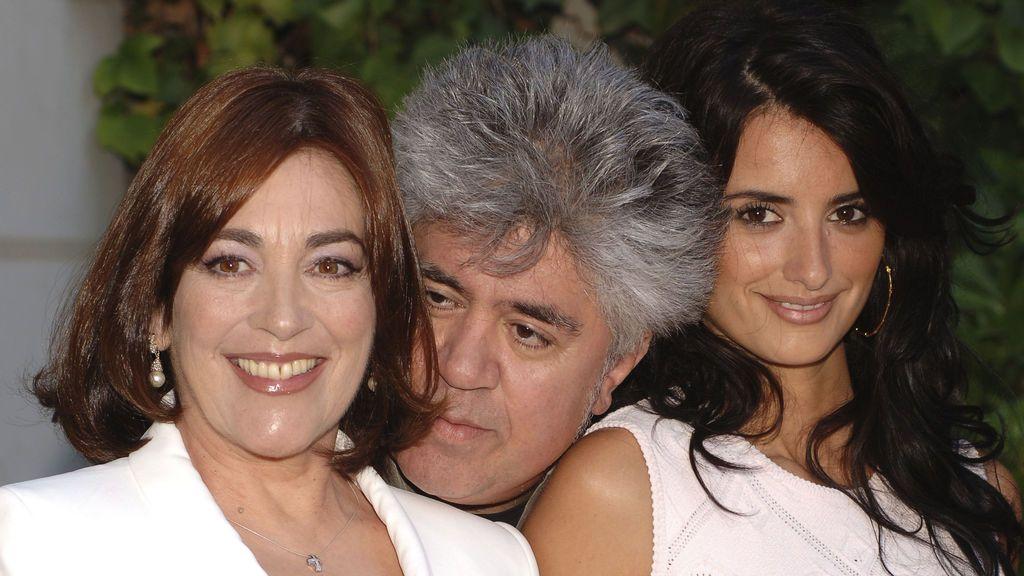 Carmen Maura con Pedro Almodóvar y Penélope Cruz, por 'Volver' (2005)