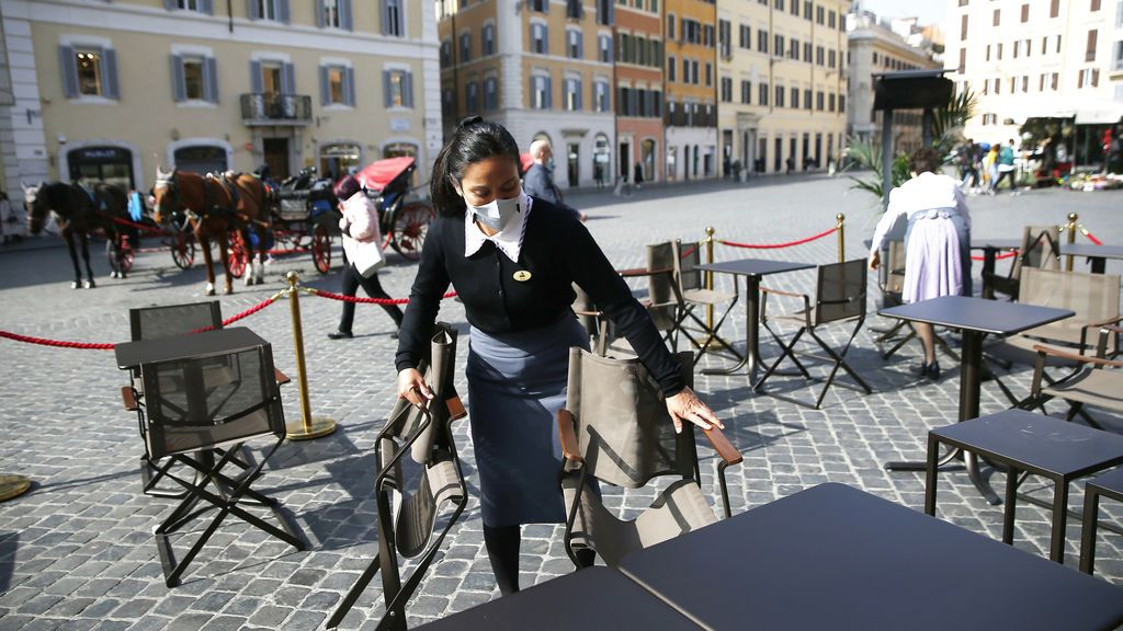 EuropaPress_3582677_26_february_2021_italy_rome_an_employee_prepares_tables_in_the_outdoor_area