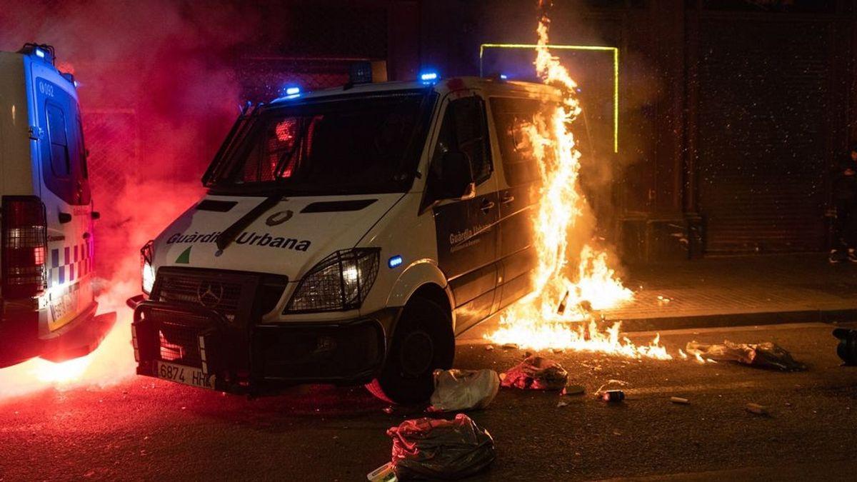 Incendian un furgón de la Guardia Urbana con agentes dentro durante las protestas pro Hasél