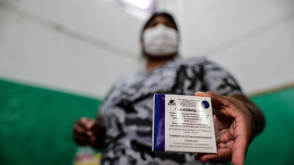 Una mujer muestra su carné tras recibir su vacuna contra la covid-19 en Buenos Aires, Argentina