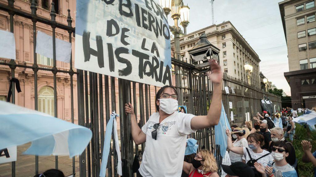 Argentina: miles de personas protestan contra el gobierno por el escándalo de las vacunas