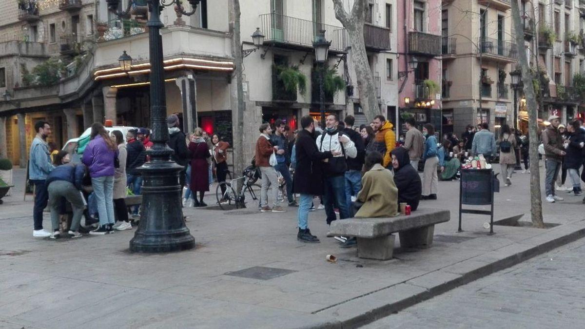 Jóvenes se reúnen en el Passeig del Born de Barcelona para hacer botellón sin medidas de seguridad