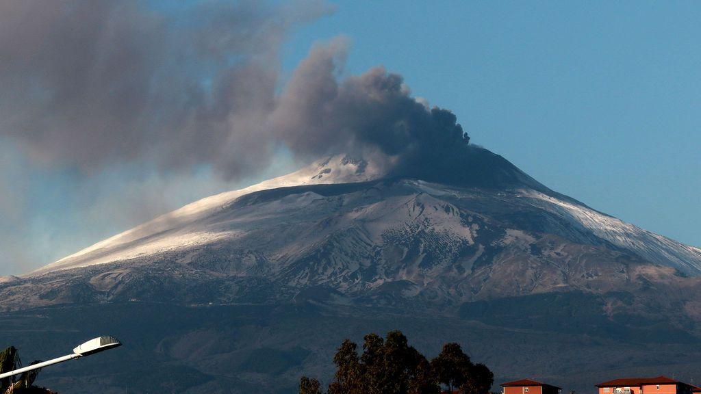 La ciudad de Giarre, en Sicilia, llena de cenizas del Etna