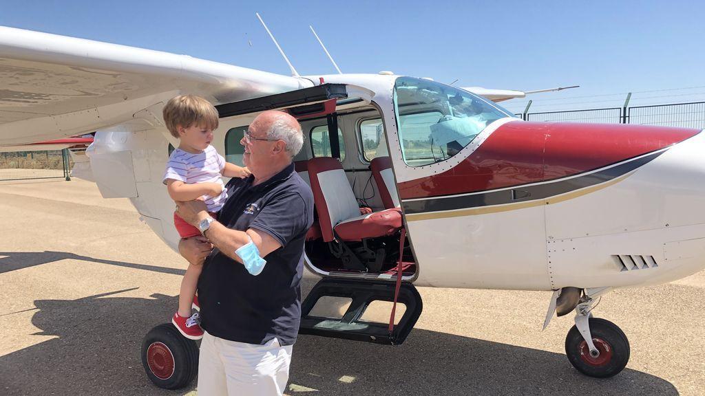 Mario y su nieto frente a la avioneta