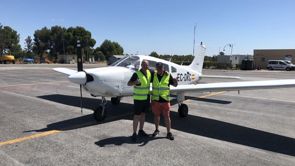 Mario y Ángel frente a una avioneta del RACZ