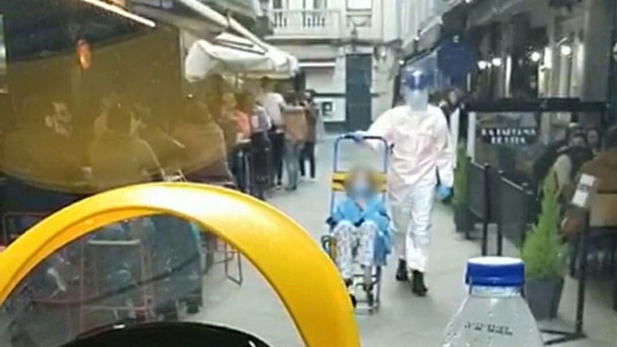 Las terrazas de los bares impiden que una ambulancia pueda recoger a una enferma con covid en A Coruña