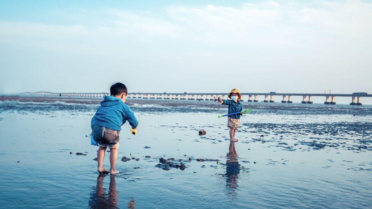 Unos niños que jugaban en una playa de Granada encuentran 17 kilos de hachís en un bidón