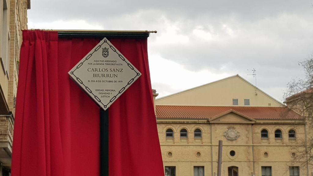 Placa que homenajea a Carlos Sanz Biurrum, víctima de ETA.