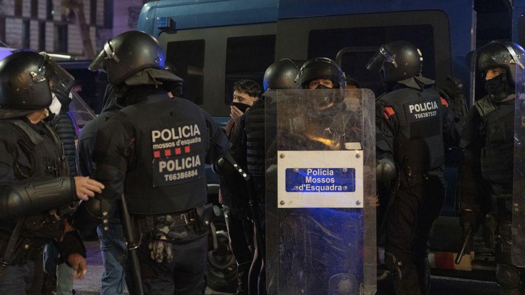 El Govern catalán insta a la CUP a condenar la quema del furgón policial en Barcelona celebrada por las juventudes de Arran