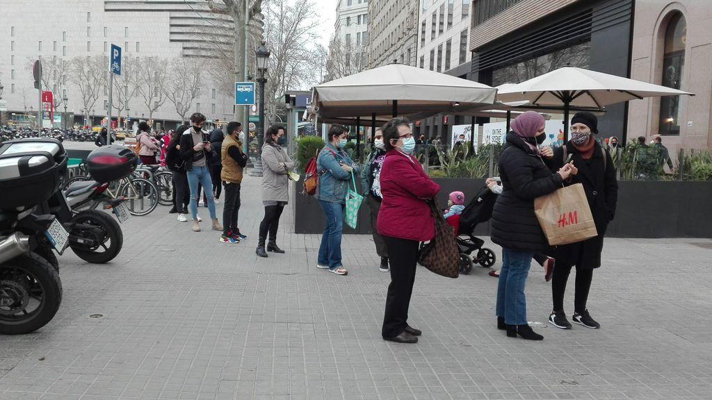Larga cola para entrar al Primark de plaza Cataluña