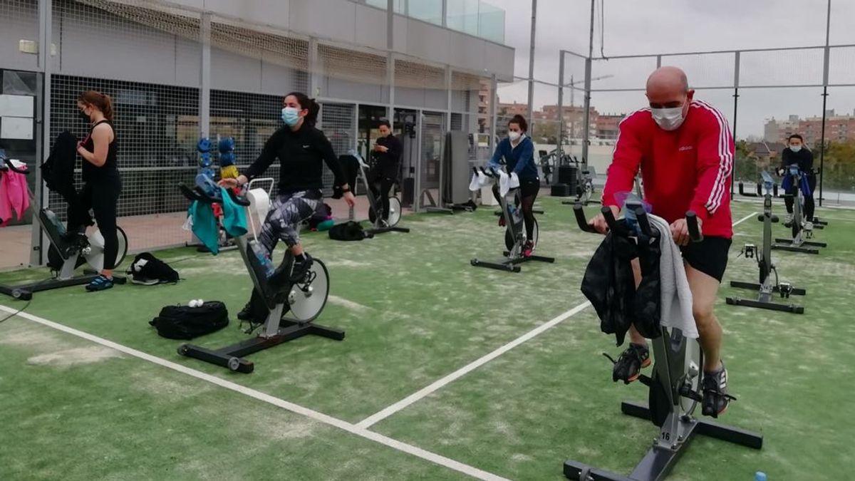 Los gimnasios de Valencia sacan las máquinas a la calle para sortear las restricciones