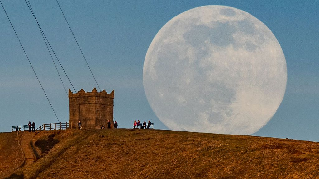 EuropaPress_3582848_26_february_2021_united_kingdom_bolton_the_moon_rises_behind_rivington_pike