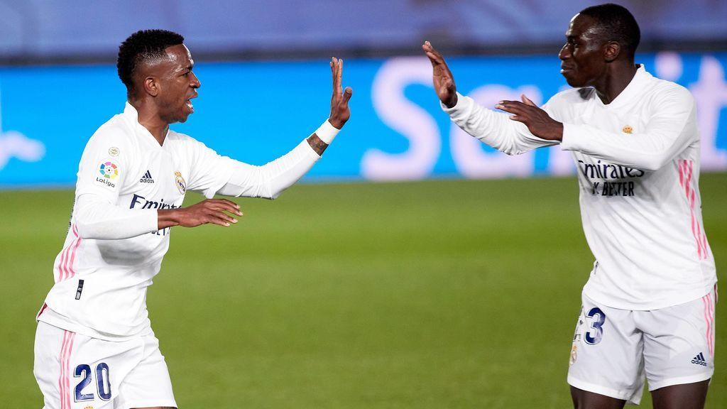 Vinicius celebra con Mendy su gol a la Real Sociedad.