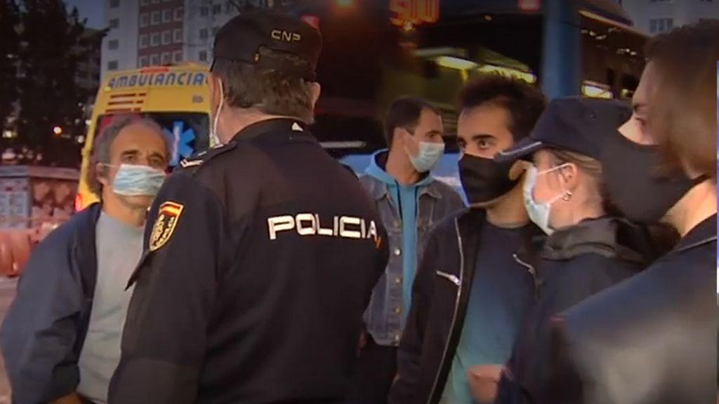 Negacionistas a las puertas de los premios Feroz escupen e insultan a un reportero de Cuatro al día