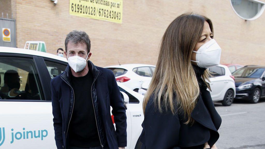 Pablo Motos y su mujer, Laura Llopis, en el tanatorio de Quique San Francisco