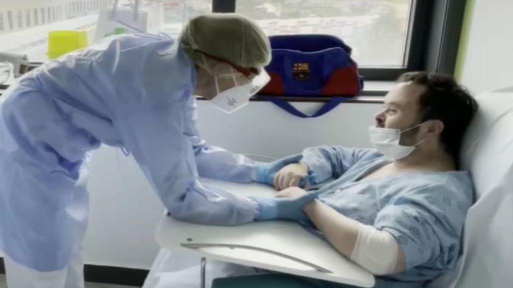 Luis, el hombre con síndrome de down, supera el covid y sale del hospital entre abrazos