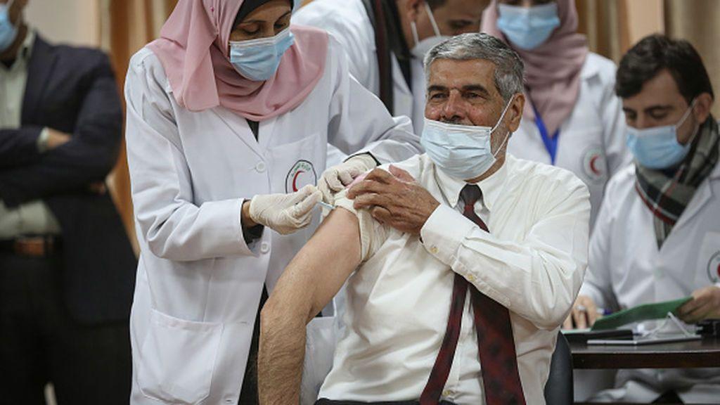 Sin apenas vacunas, los palestinos endurecen las restricciones por un repunte de casos